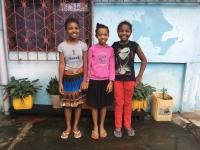 Maison Antoine : Anita la filleule de Anaïs entourée de copines